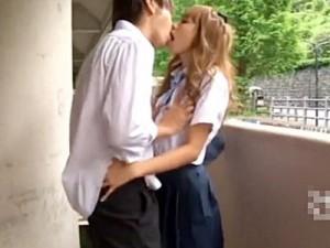 【寝取り女性向け動画】小田切ジュン、制服ギャルJKと学校のベランダで着衣セックスするイケメン