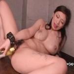 【バイブ女性向け動画】変態巨乳お姉さんはろうそくを垂らされながらバイブオナニーで潮吹き!
