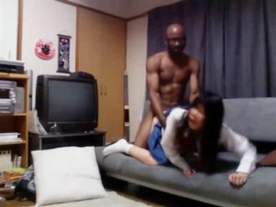 【盗撮女性向け動画】黒人にナンパされお持ち帰り生ハメされる制服JKの生々しいセックス
