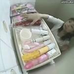 【オナニー女性向け動画】女子トイレに置かれた多数のバイブ、お姉さんは極太バイブを手に取り?!