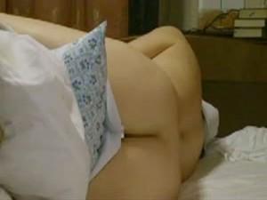 【オナニー女性向け動画】さびしい夜に妄想が止まらない熟女が両手を使って激しいオナニー