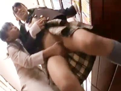 【レズ女性向け動画】本屋で制服JKを手マン痴漢するレズお姉さん。まさかの痙攣お漏らしまでさせる…