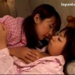 【SEXレズ女性向け動画】自宅のベッドにパジャマ姿で抱き合いながら熱いディープキスで快楽を貪る童顔レズカップル