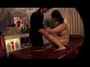 【オイルエステ女性向け動画】オイルマッサージにやってきた人妻さんがイケメンマッサージ師に言葉たくみに騙されアソコをいじられちゃう! xvideos女性向け動画